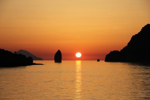 Quelle: https://pixabay.com/en/vulcano-aeolian-islands-sunset-373013/
